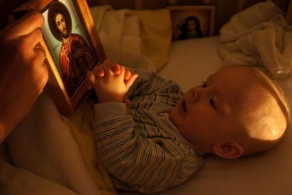 молящийся ребенок
