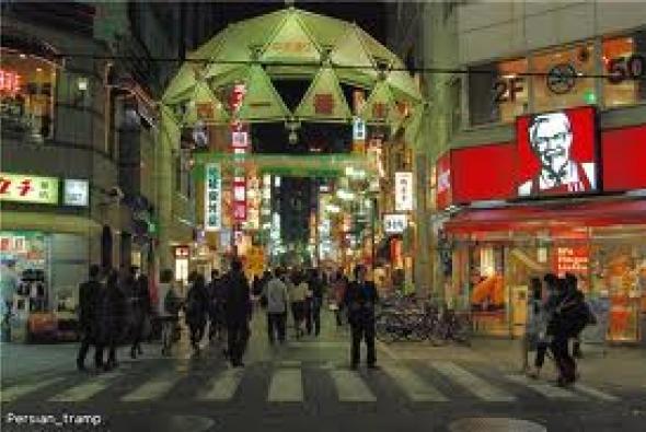 движение людей ночью в Токио