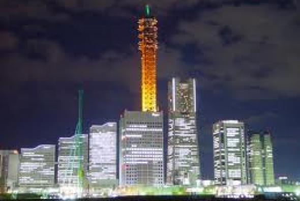 самая высокая башня ночью в Токио