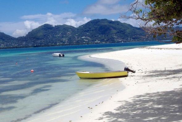лодка на красивом пляже