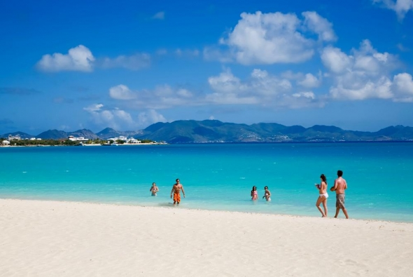 люди гуляют на красивом пляже