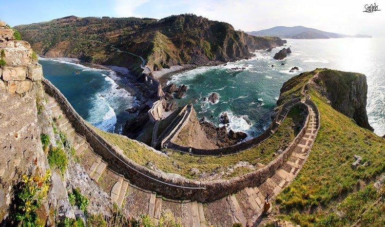 Очаровательный остров Гастелугаче (12 фото)